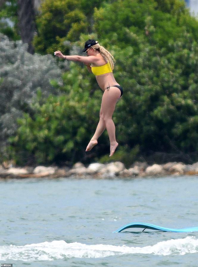 Britney Spears diện áo tắm cùng tình trẻ kém 12 tuổi tái hiện cảnh Titanic - Ảnh 11.