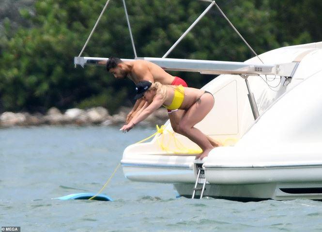 Britney Spears diện áo tắm cùng tình trẻ kém 12 tuổi tái hiện cảnh Titanic - Ảnh 12.