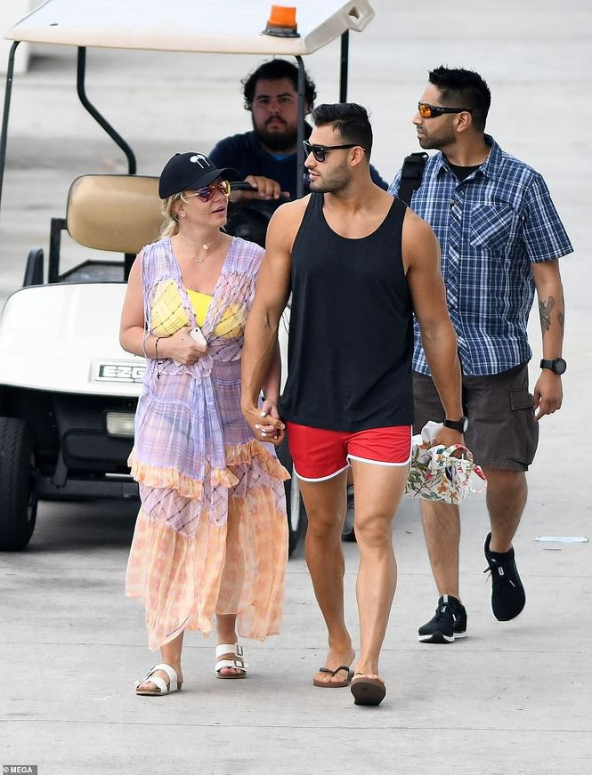 Britney Spears diện áo tắm cùng tình trẻ kém 12 tuổi tái hiện cảnh Titanic - Ảnh 13.