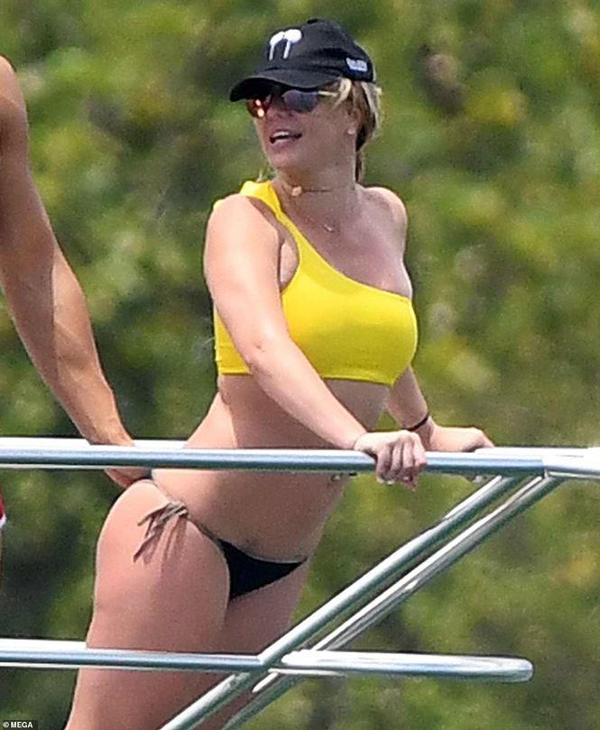 Britney Spears diện áo tắm cùng tình trẻ kém 12 tuổi tái hiện cảnh Titanic - Ảnh 3.