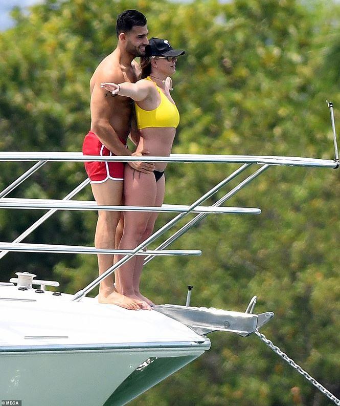 Britney Spears diện áo tắm cùng tình trẻ kém 12 tuổi tái hiện cảnh Titanic - Ảnh 4.