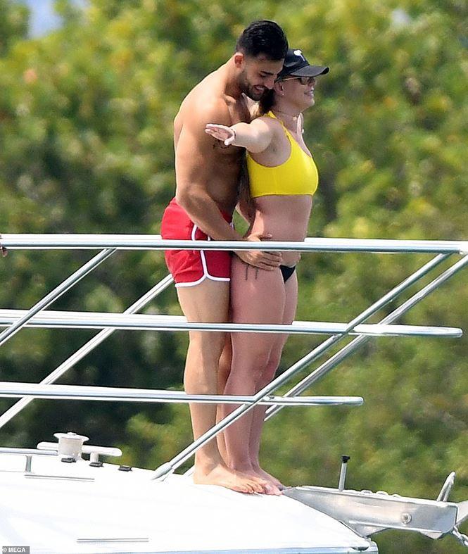 Britney Spears diện áo tắm cùng tình trẻ kém 12 tuổi tái hiện cảnh Titanic - Ảnh 5.