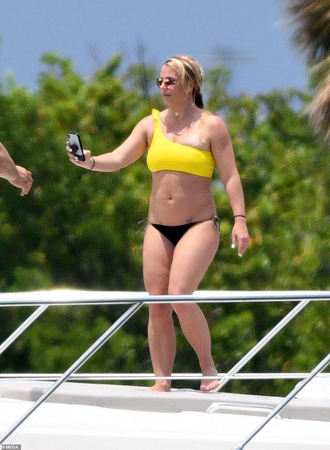 Britney Spears diện áo tắm cùng tình trẻ kém 12 tuổi tái hiện cảnh Titanic - Ảnh 6.