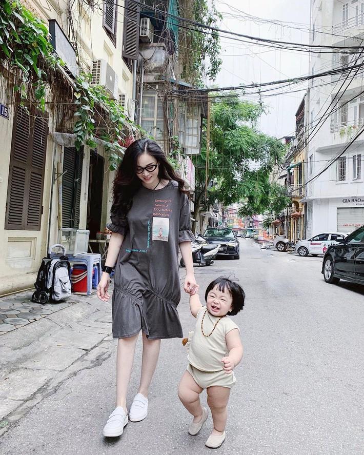Street style hot mom Việt: Ngọc Anh, Nam Thương cùng loạt người đẹp lên đồ xì tin hack tuổi và quan trọng là mát mẻ hết nấc - Ảnh 8.
