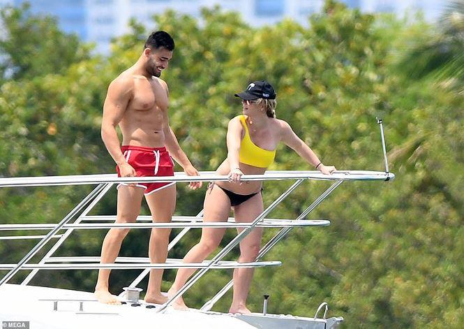 Britney Spears diện áo tắm cùng tình trẻ kém 12 tuổi tái hiện cảnh Titanic - Ảnh 8.