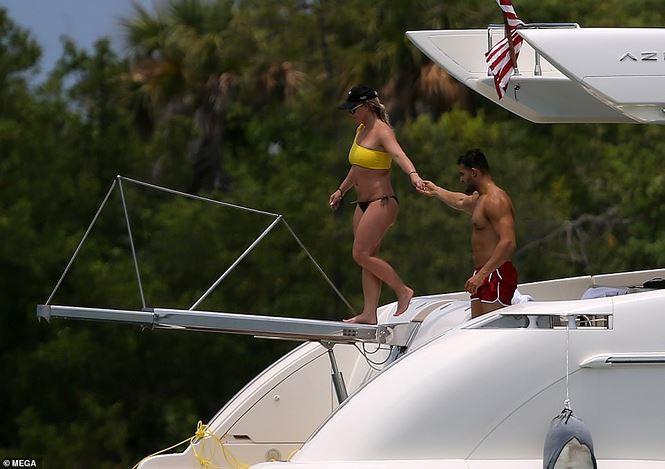 Britney Spears diện áo tắm cùng tình trẻ kém 12 tuổi tái hiện cảnh Titanic - Ảnh 10.