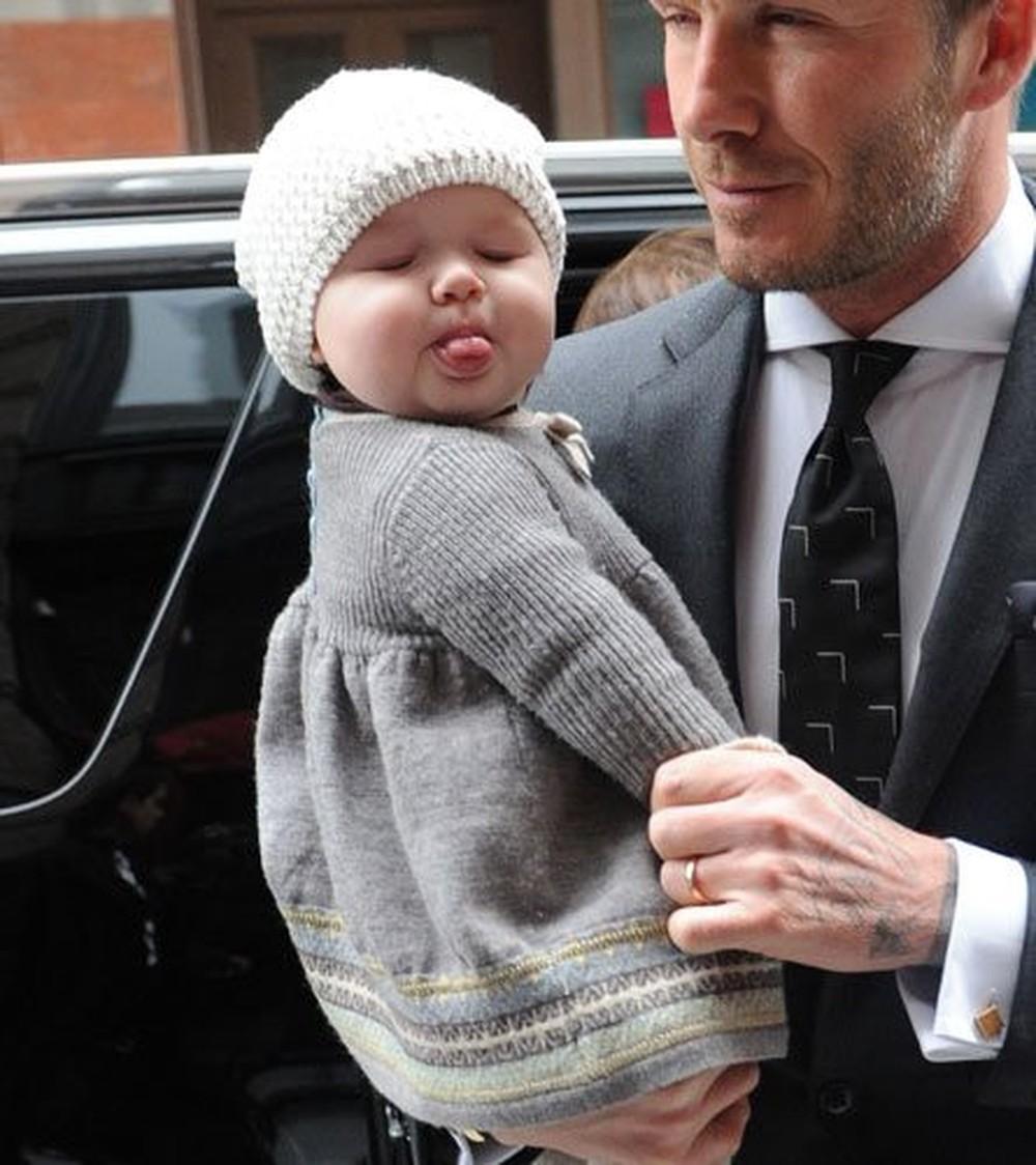 Hành trình nhan sắc 2 công chúa nhà sao hot nhất Hollywood: Harper Beckham xinh ra, Suri Cruise ngày càng bị dìm - Ảnh 1.