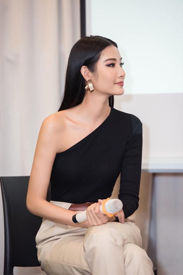 Cùng chung 1 bộ cánh: Hoàng Thùy sở hữu thần thái chuẩn Miss Universe, Tóc Tiên lại khoe được túi nửa tỷ - Ảnh 2.