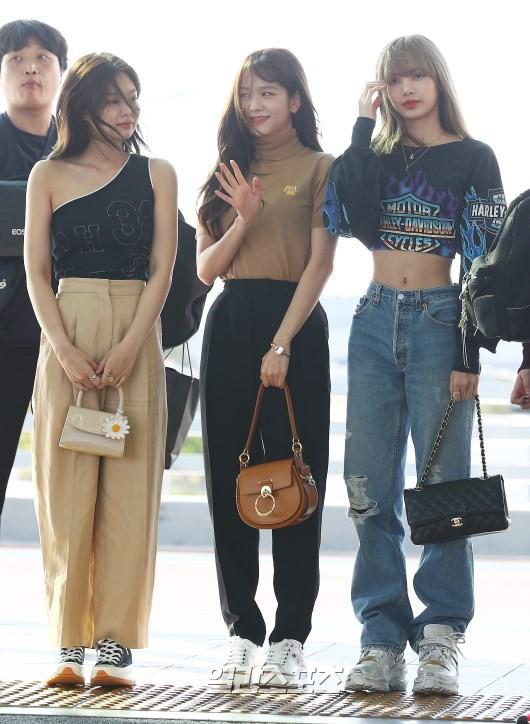 Jennie và Jisoo (BLACKPINK) vừa chứng minh: Thời trang sân bay đúng chỉ để diễu, lên máy bay là thay đồ ngay lập tức - Ảnh 1.
