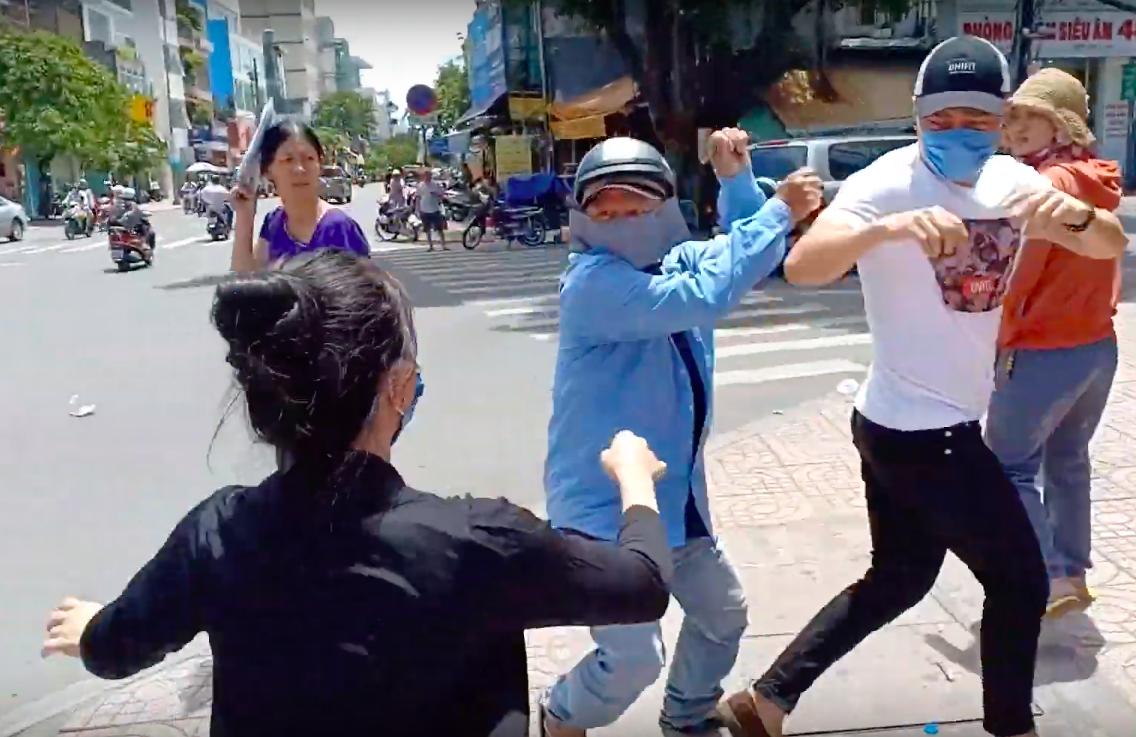 Công an nói về 2 thanh niên đánh Lê Dương Bảo Lâm: Phương tiện đăng ký ở quận 6, không phải nhân viên quán cơm lân cận - Ảnh 2.
