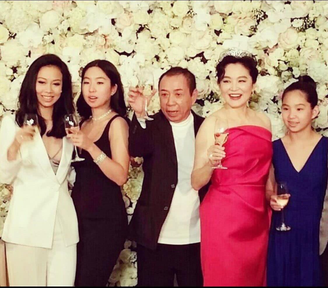 Vừa phủ nhận tin đồn ly hôn, Đông Phương Bất Bại Lâm Thanh Hà đã bị bắt gặp ôm hôn một người đàn ông lạ mặt - Ảnh 6.