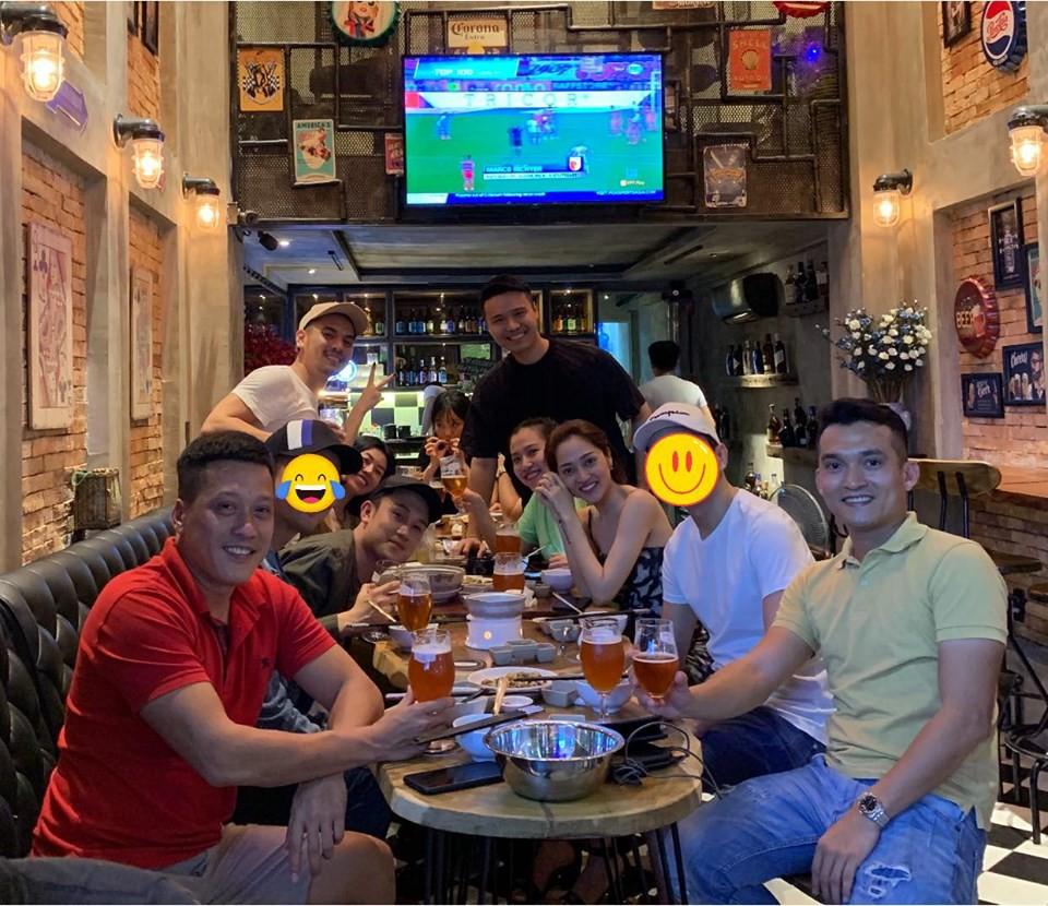 Dương Triệu Vũ khéo léo che chàng trai ngồi kế Bảo Anh nhưng fan vẫn khẳng định đích thị là Hồ Quang Hiếu - Ảnh 1.