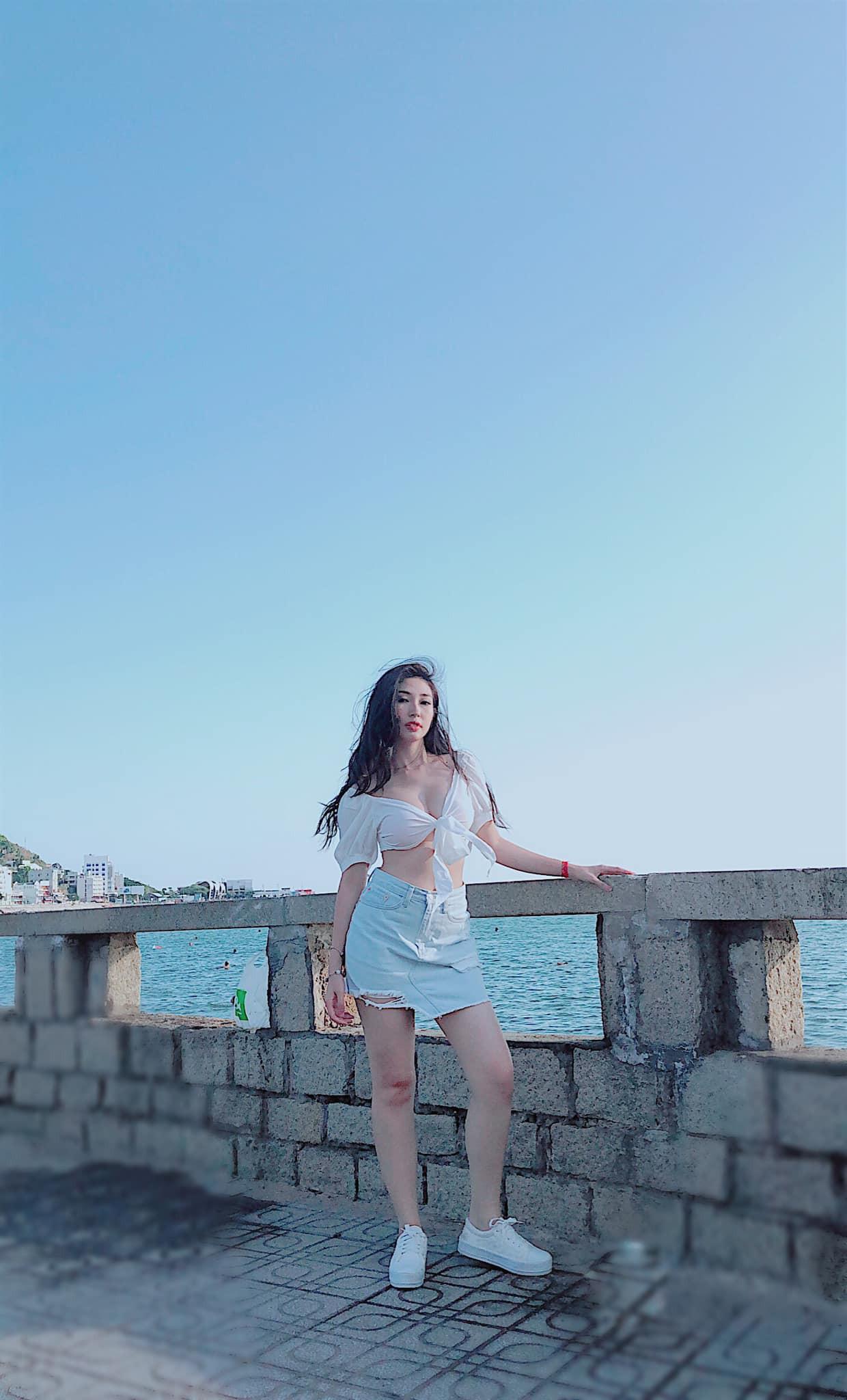 """Khổng Tú Quỳnh ngày càng gợi cảm và táo bạo: Chụp hình """"sương sương"""" cũng phanh áo hờ hững khoe vòng 1 đầy đặn - Ảnh 3."""
