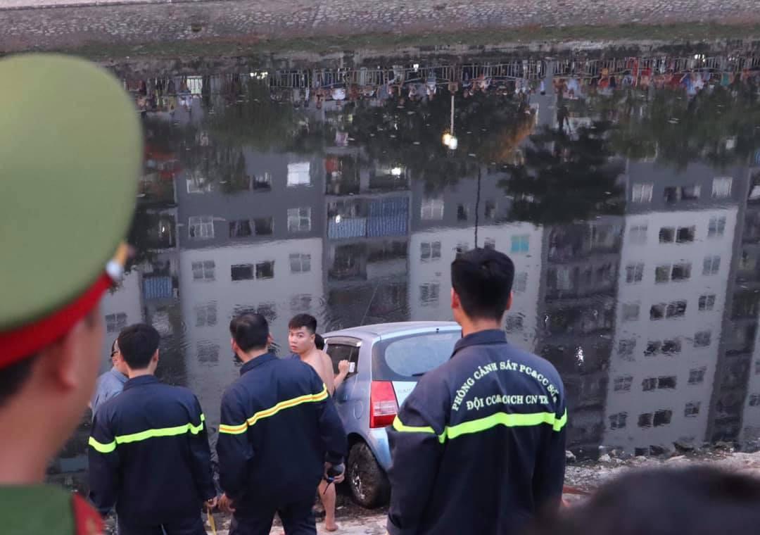 Hà Nội: Tài xế quên kéo phanh tay, ô tô lao xuống sông Tô Lịch - Ảnh 3.
