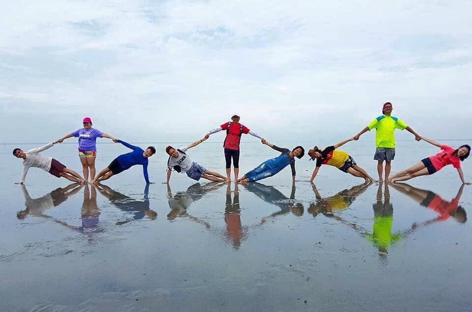 Còn nghi ngờ gì nữa, đây chính xác là trào lưu chụp ảnh nhóm hot nhất hè này: Pose dáng theo kiểu vũ trụ tình bạn - Ảnh 1.