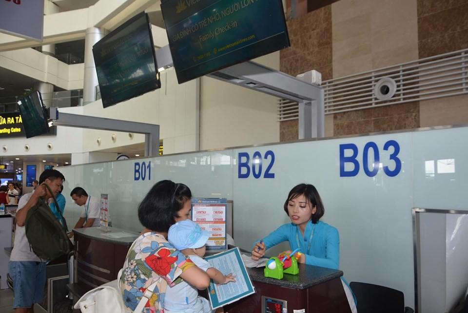 Vietnam Airlines mở quầy làm thủ tục hàng không riêng cho gia đình có người cao tuổi, trẻ nhỏ - Ảnh 1.