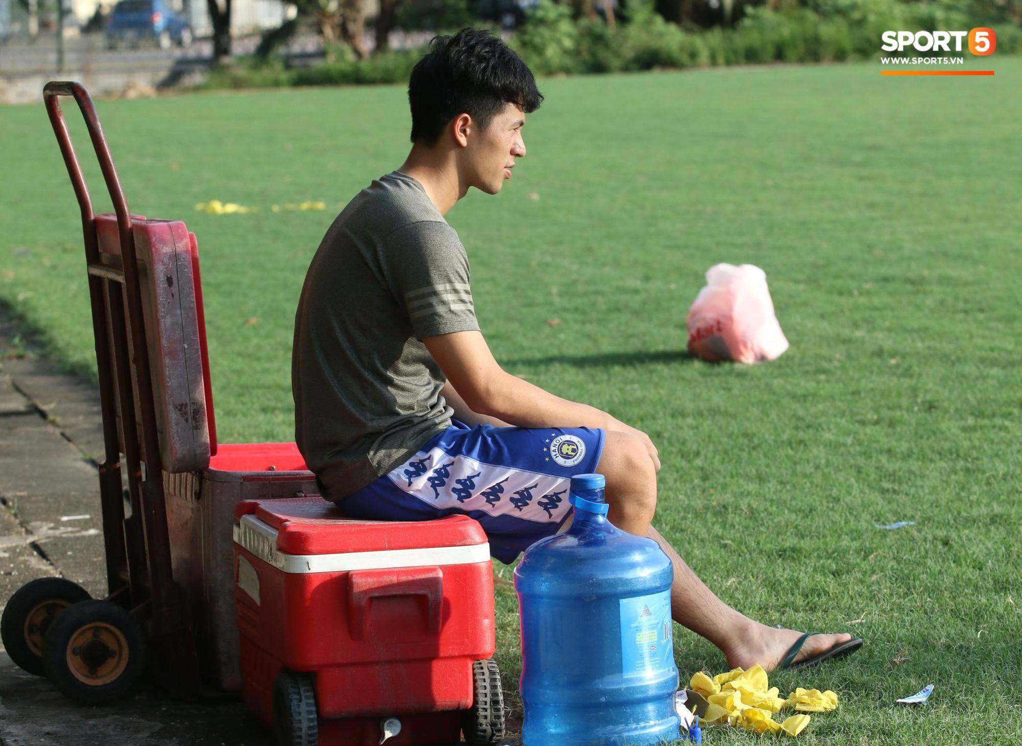 Đình Trọng xem đồng đội tập luyện, làm việc vặt giết thời gian trong khi chờ sang Singapore phẫu thuật - Ảnh 1.