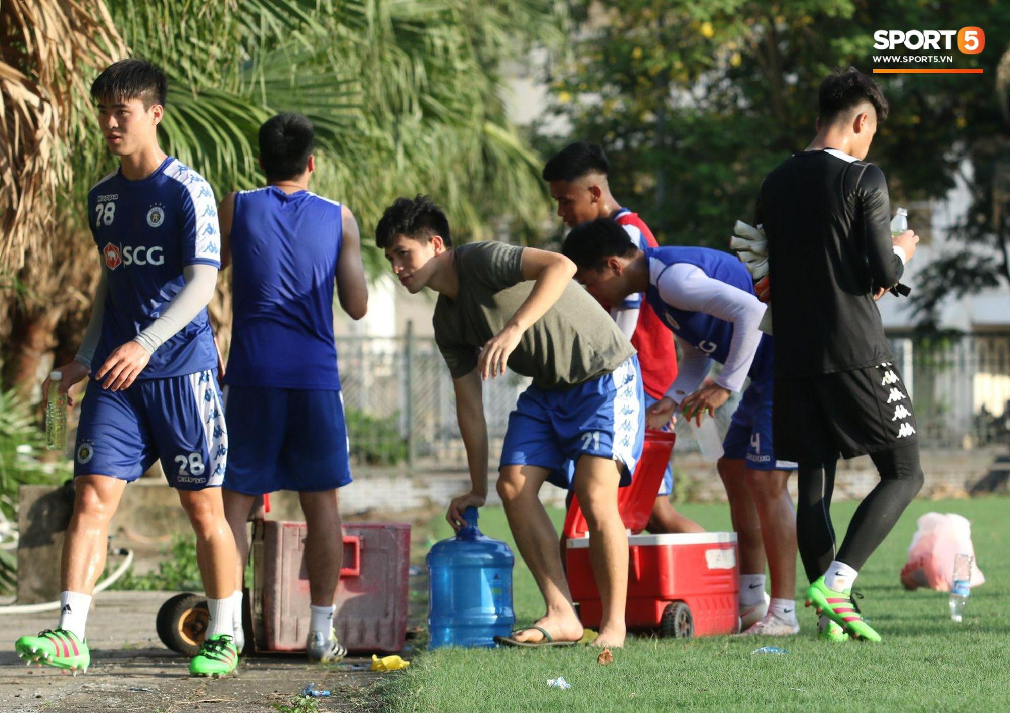 Đình Trọng xem đồng đội tập luyện, làm việc vặt giết thời gian trong khi chờ sang Singapore phẫu thuật - Ảnh 4.