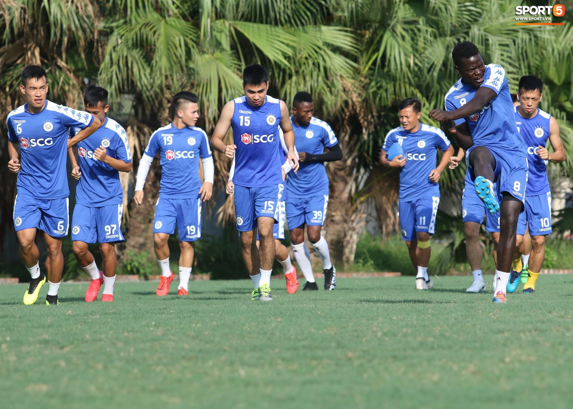 1000 cách chống nóng của cầu thủ Hà Nội FC khi tập luyện dưới trời nắng như đổ lửa - Ảnh 1.