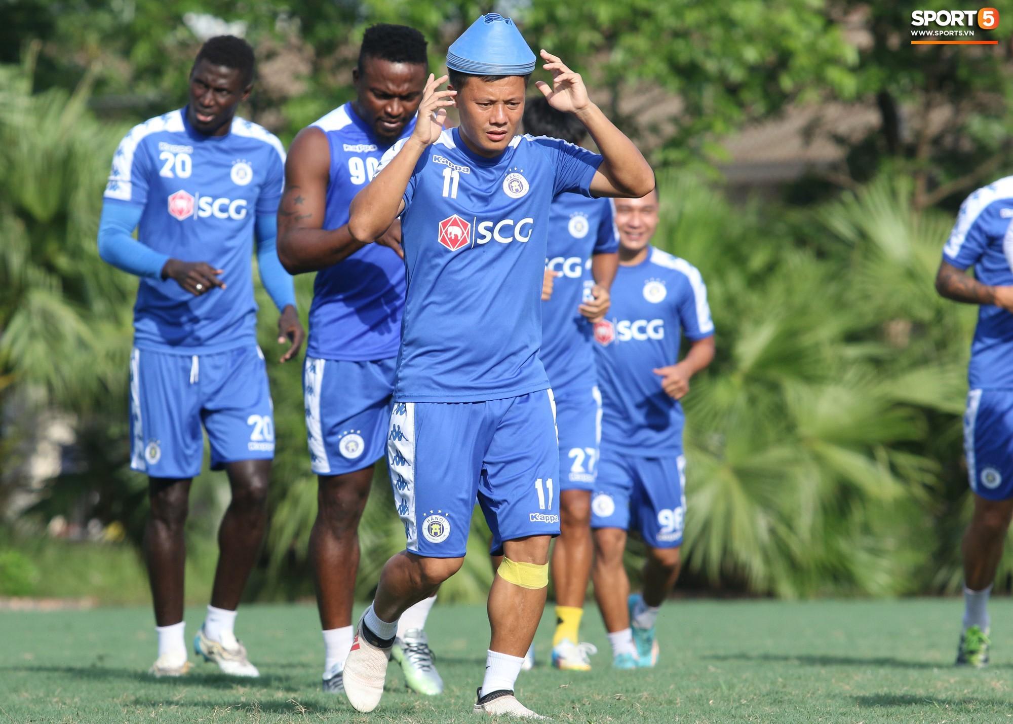 1000 cách chống nóng của cầu thủ Hà Nội FC khi tập luyện dưới trời nắng như đổ lửa - Ảnh 2.