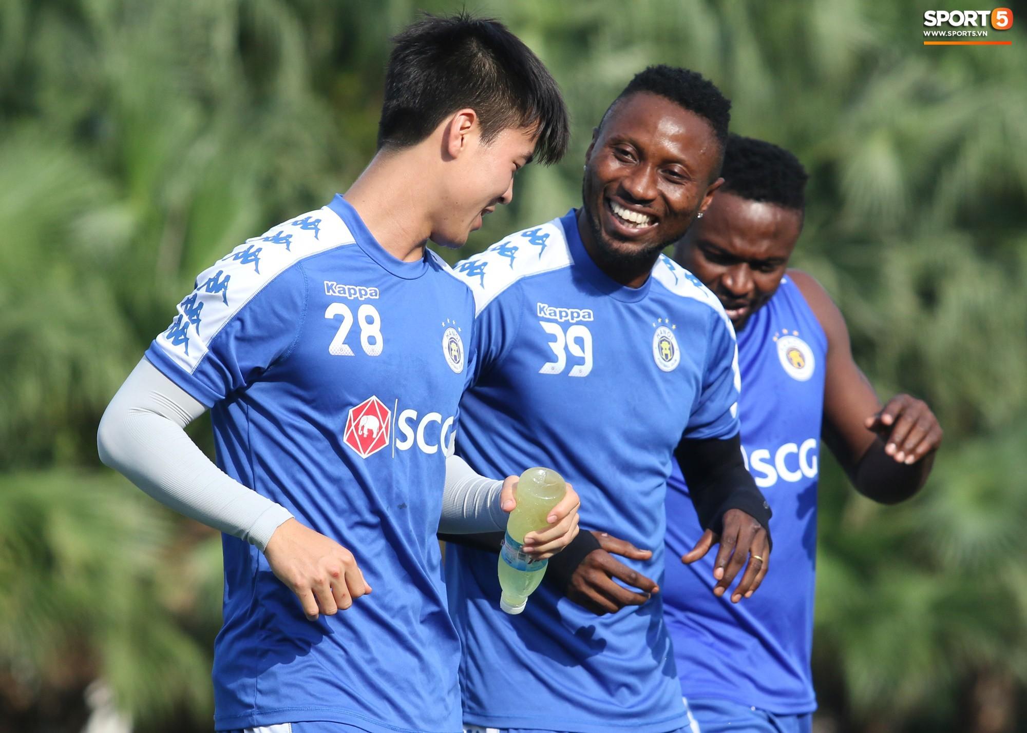 1000 cách chống nóng của cầu thủ Hà Nội FC khi tập luyện dưới trời nắng như đổ lửa - Ảnh 3.
