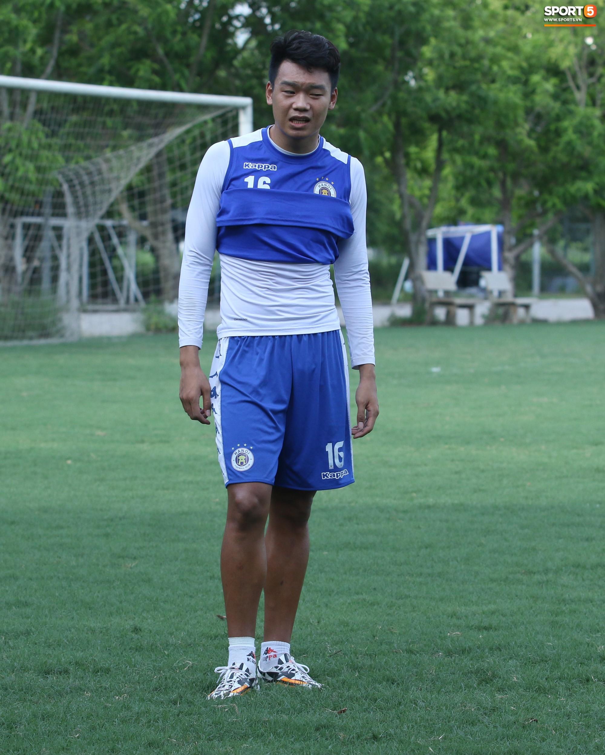 1000 cách chống nóng của cầu thủ Hà Nội FC khi tập luyện dưới trời nắng như đổ lửa - Ảnh 9.
