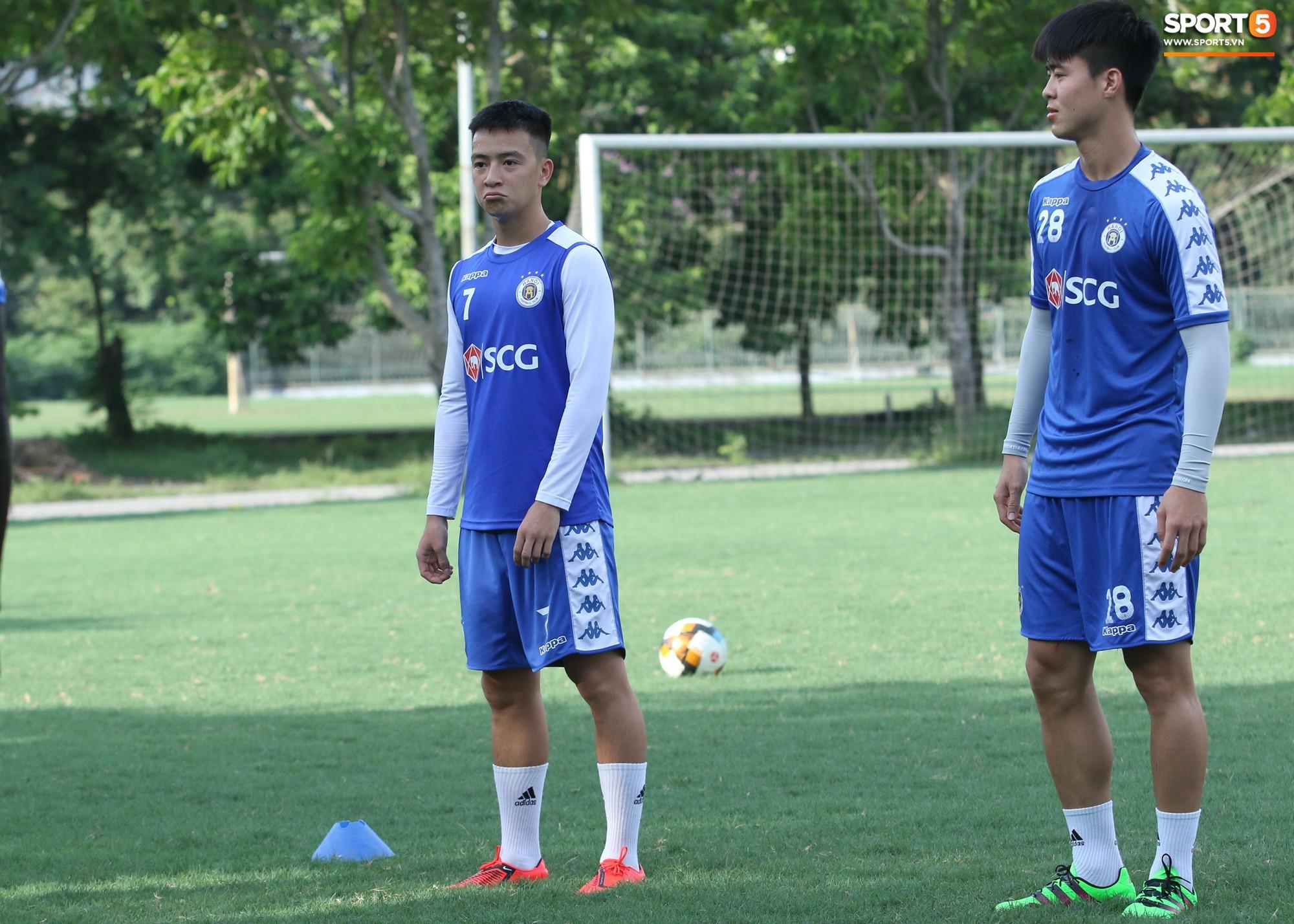 1000 cách chống nóng của cầu thủ Hà Nội FC khi tập luyện dưới trời nắng như đổ lửa - Ảnh 8.