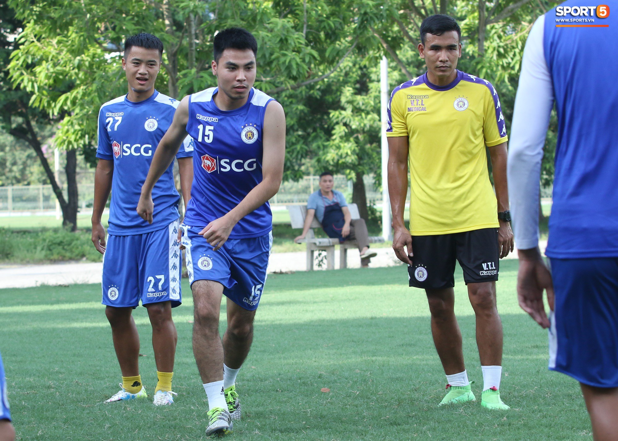 1000 cách chống nóng của cầu thủ Hà Nội FC khi tập luyện dưới trời nắng như đổ lửa - Ảnh 4.