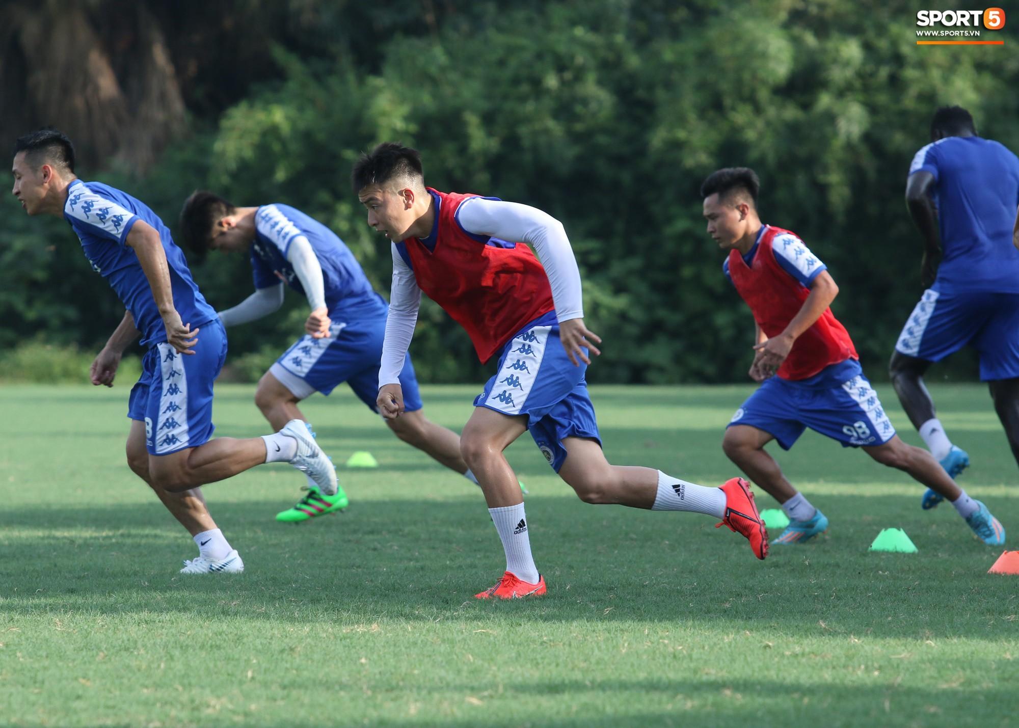 1000 cách chống nóng của cầu thủ Hà Nội FC khi tập luyện dưới trời nắng như đổ lửa - Ảnh 14.