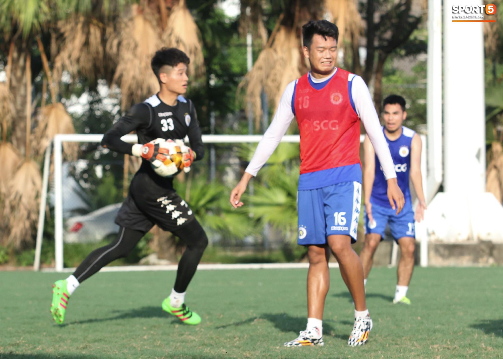 1000 cách chống nóng của cầu thủ Hà Nội FC khi tập luyện dưới trời nắng như đổ lửa - Ảnh 10.