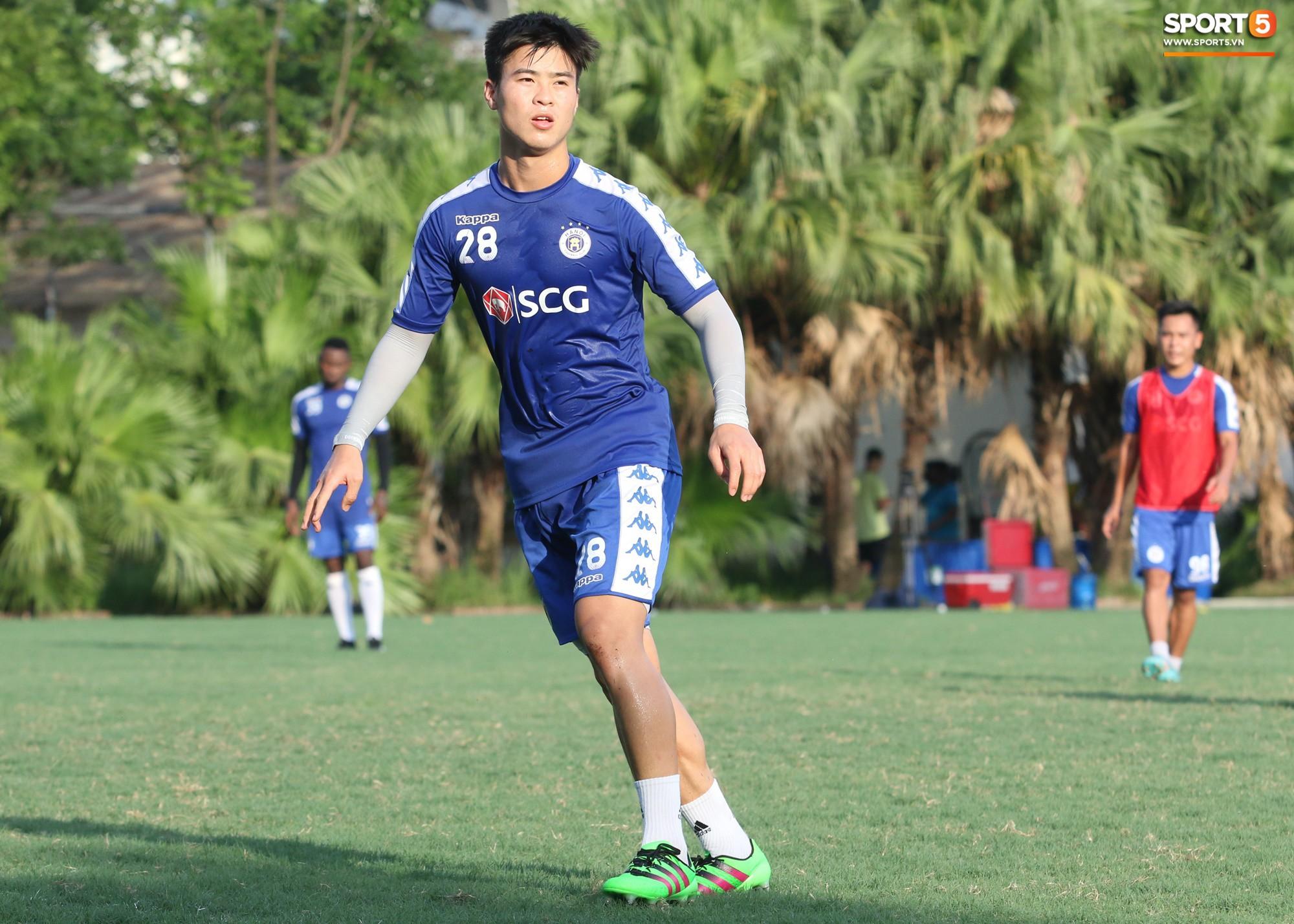 1000 cách chống nóng của cầu thủ Hà Nội FC khi tập luyện dưới trời nắng như đổ lửa - Ảnh 5.