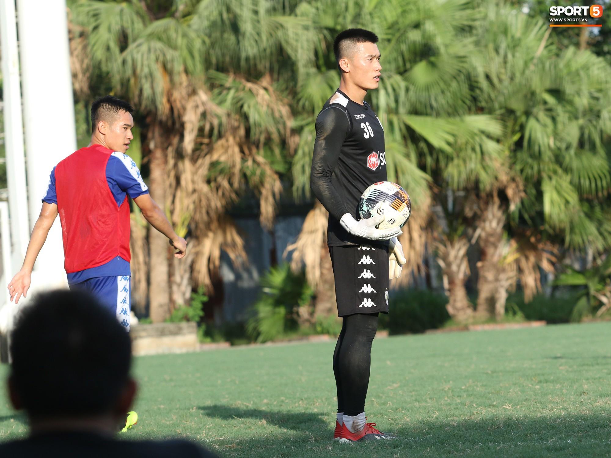1000 cách chống nóng của cầu thủ Hà Nội FC khi tập luyện dưới trời nắng như đổ lửa - Ảnh 7.