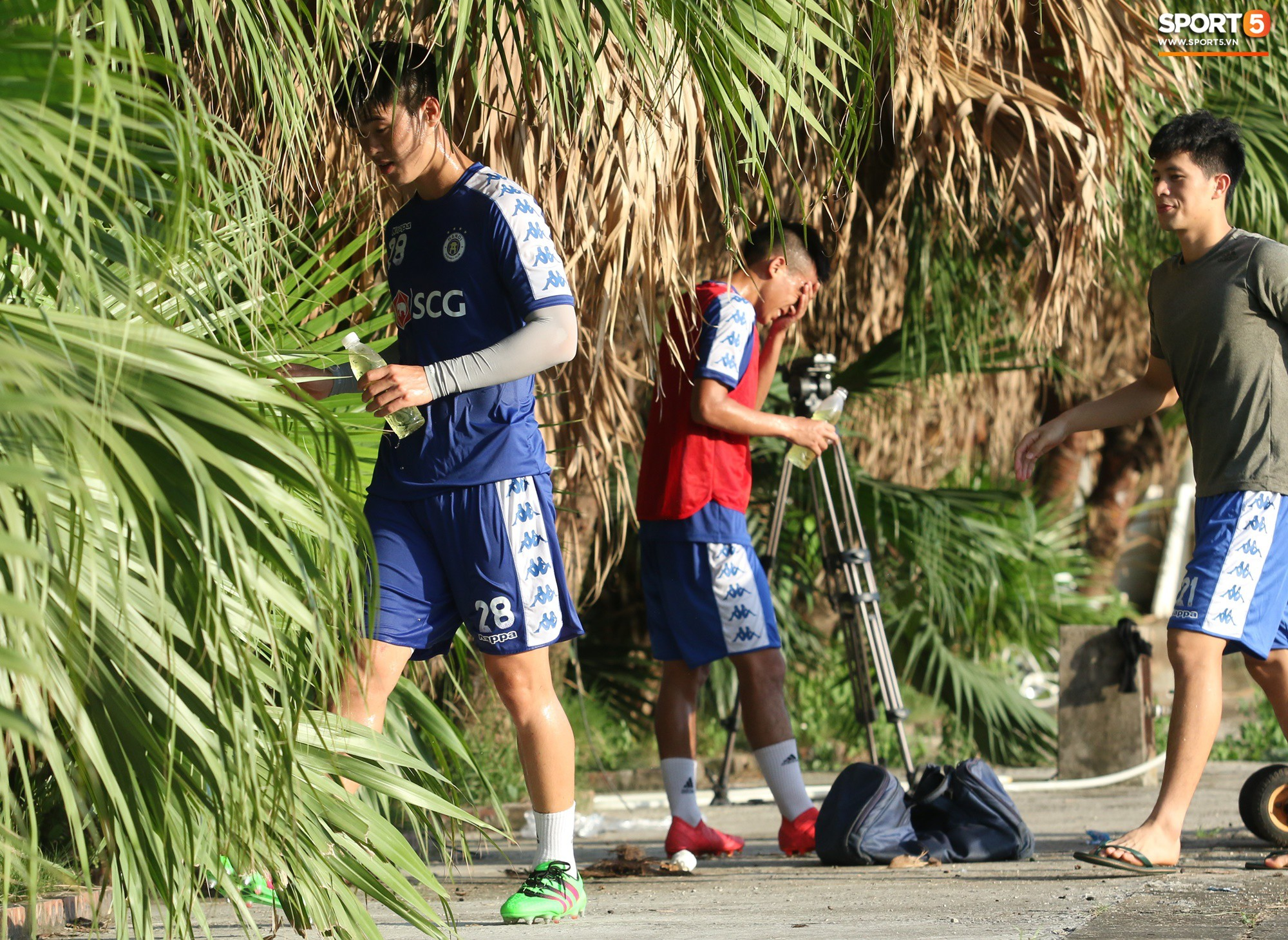 1000 cách chống nóng của cầu thủ Hà Nội FC khi tập luyện dưới trời nắng như đổ lửa - Ảnh 13.