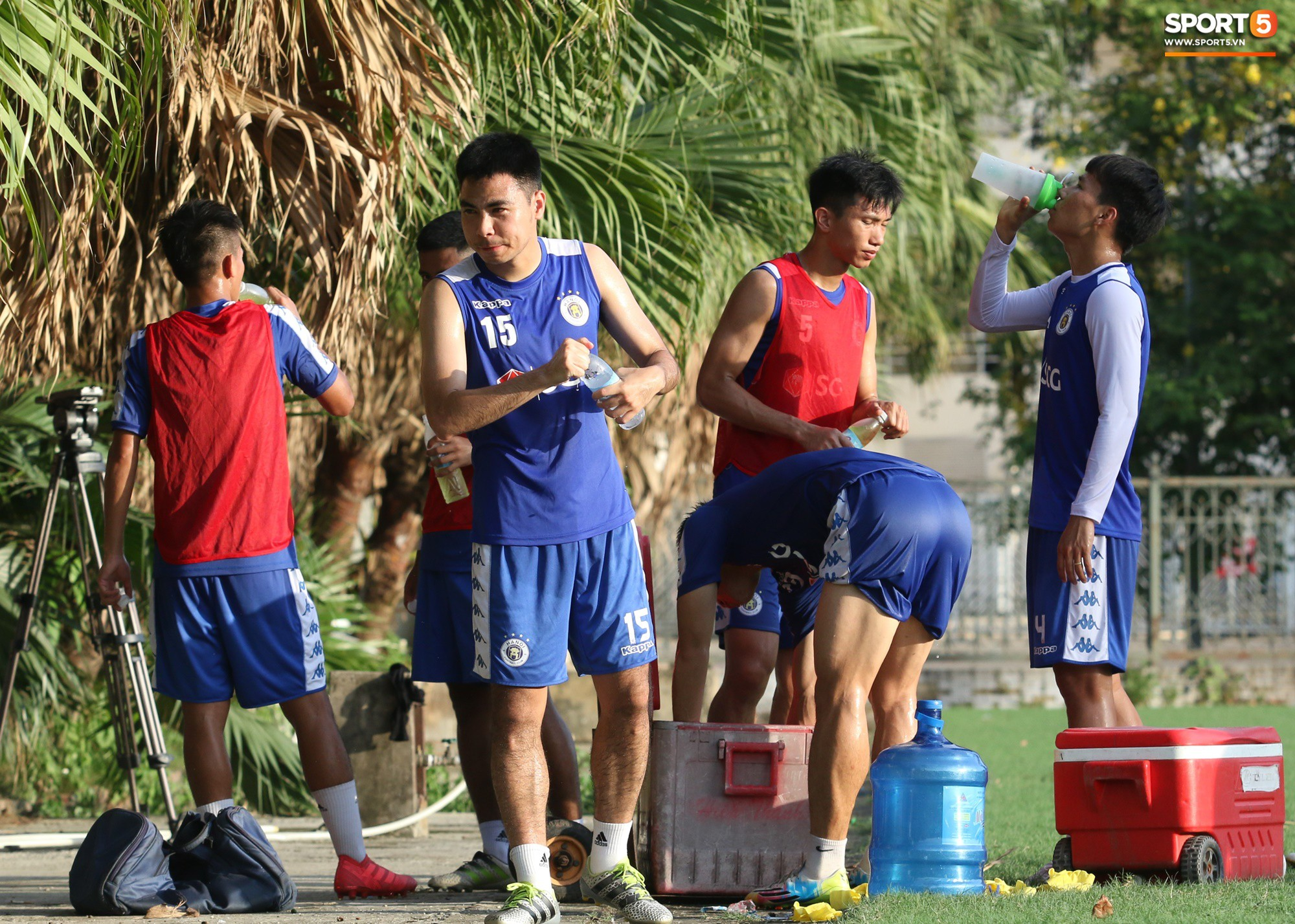 1000 cách chống nóng của cầu thủ Hà Nội FC khi tập luyện dưới trời nắng như đổ lửa - Ảnh 11.