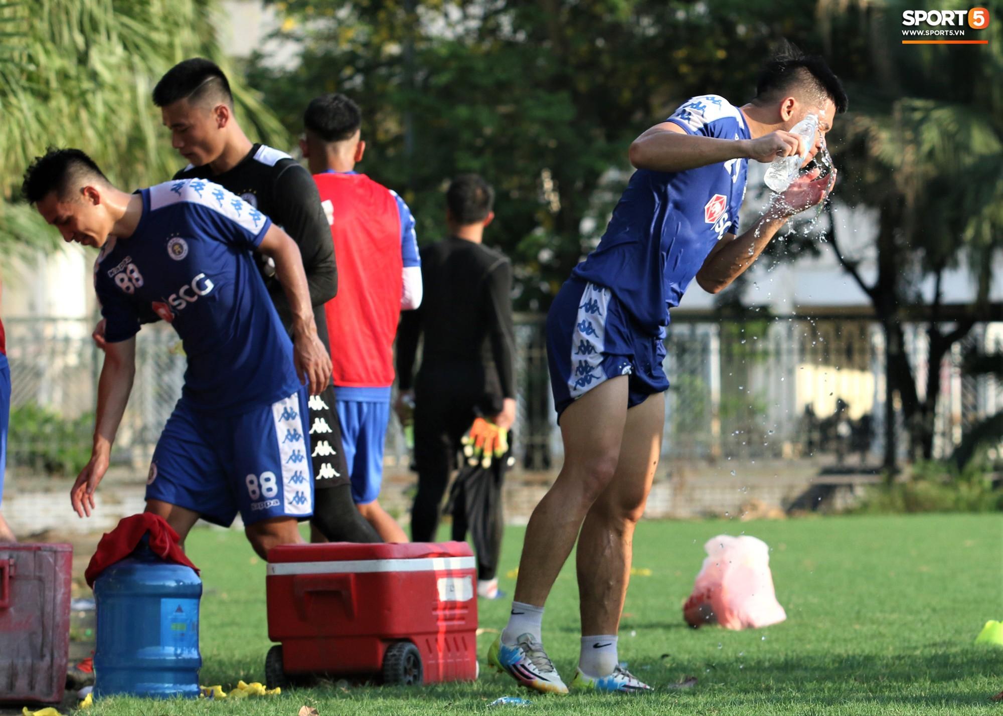 1000 cách chống nóng của cầu thủ Hà Nội FC khi tập luyện dưới trời nắng như đổ lửa - Ảnh 12.