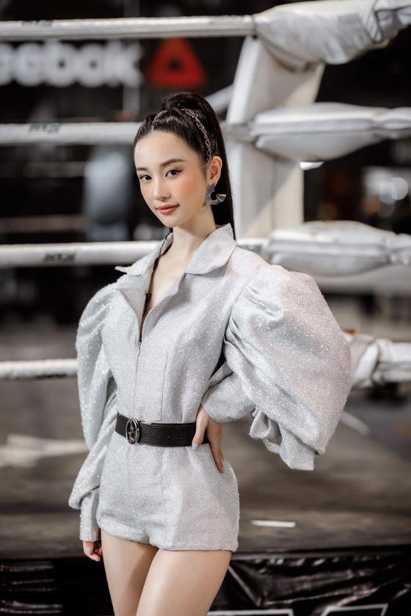 """Cùng 1 bộ đồ: Nếu Jun Vũ như """"bơi"""" trong áo thì Chi Pu tinh tế hơn hẳn nhờ khéo mix đồ - Ảnh 1."""