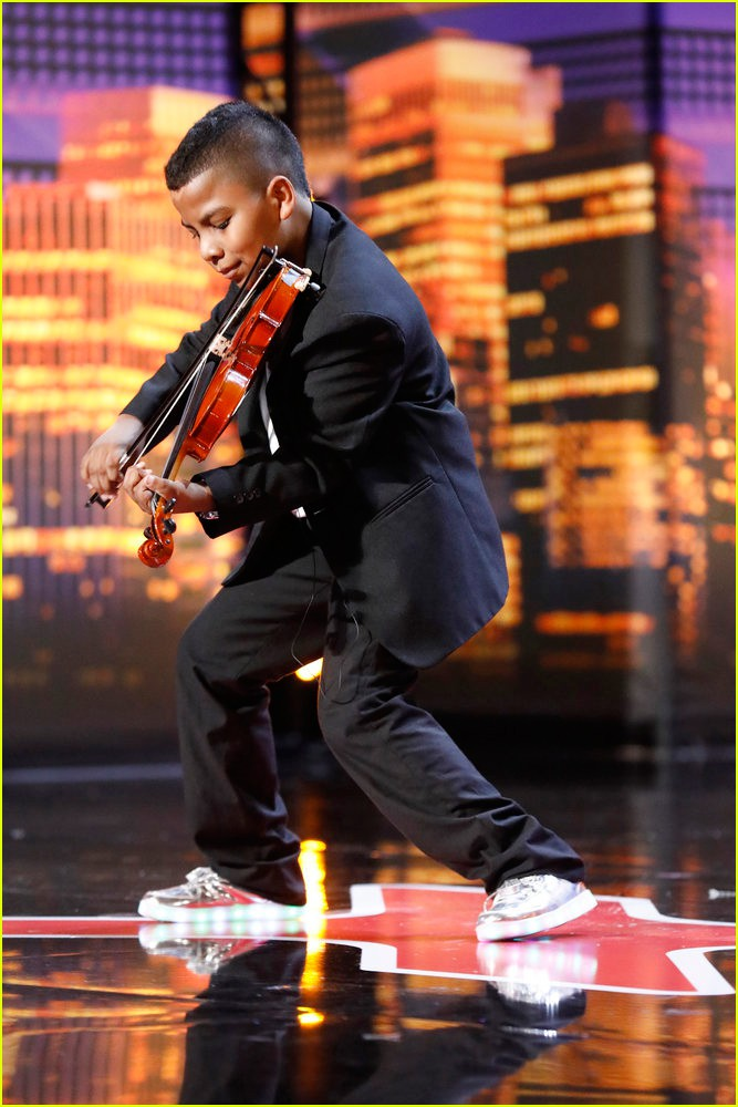 Cậu bé bị ung thư bạch cầu chinh phục nút vàng của giám khảo khó tính nhất America's Got Talent - Ảnh 1.