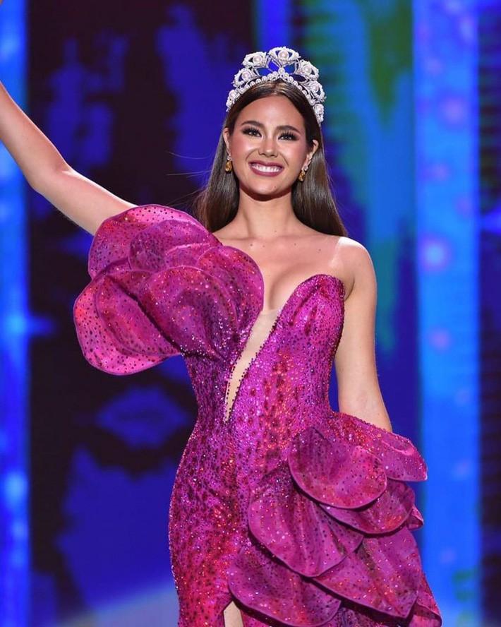 Hoa hậu Catriona Gray đội vương miệng fake trong đêm chung kết HH Hoàn vũ Philippines vì lý do dở khóc dở cười - Ảnh 1.