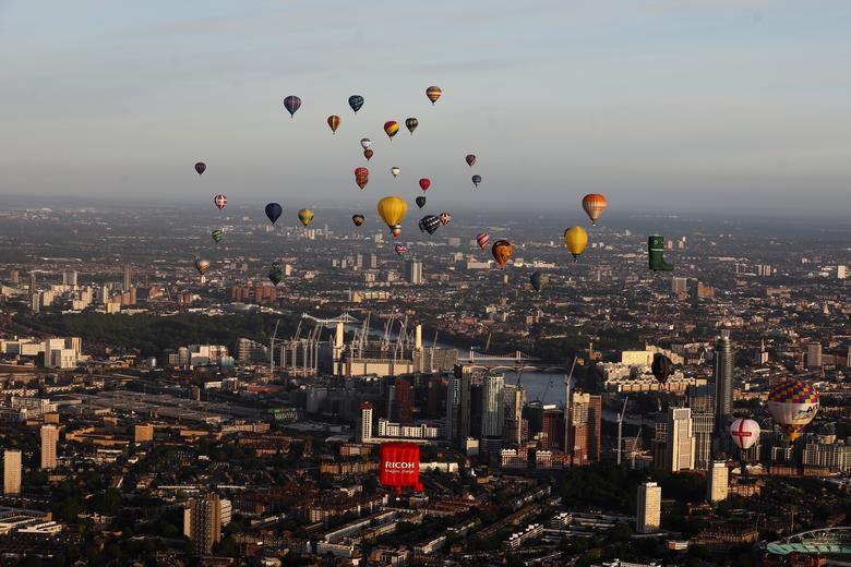 Khinh khí cầu đủ màu sắc rợp trời thủ đô London của Anh - Ảnh 1.