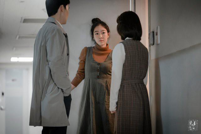 """Đêm Xuân tập 7: """"Về Nhà Đi Con"""" phiên bản khổ đau, ba chị em lận đận chuyện đời khiến bố mẹ lo lắng không thể yên lòng - Ảnh 11."""