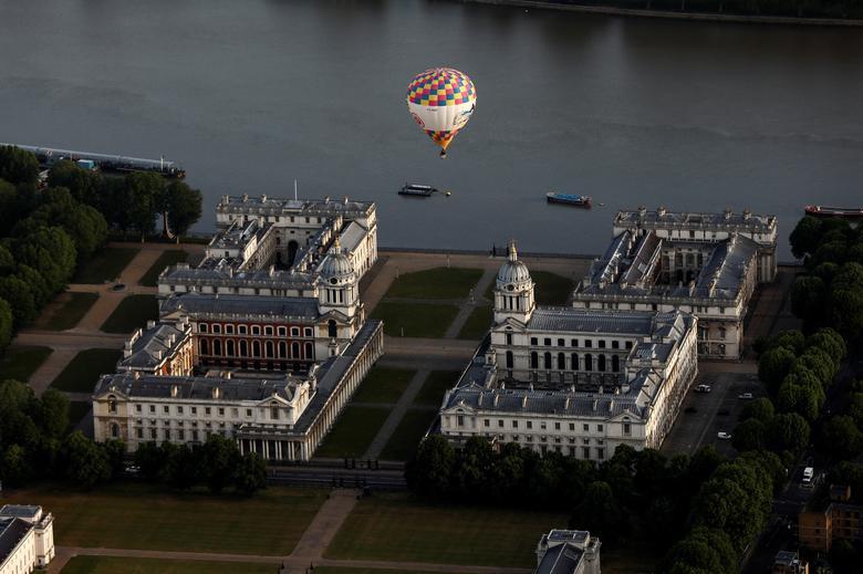 Khinh khí cầu đủ màu sắc rợp trời thủ đô London của Anh - Ảnh 13.