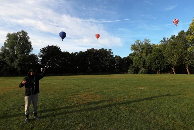 Khinh khí cầu đủ màu sắc rợp trời thủ đô London của Anh - Ảnh 14.