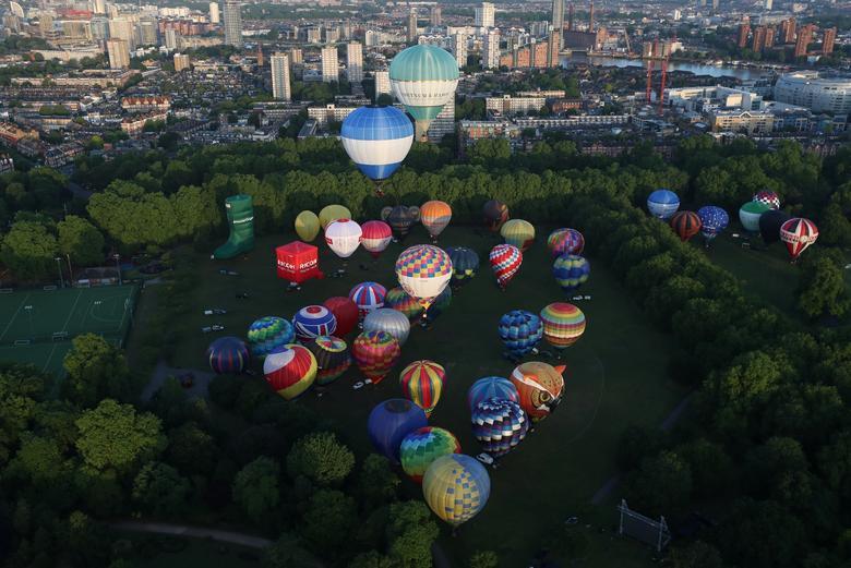 Khinh khí cầu đủ màu sắc rợp trời thủ đô London của Anh - Ảnh 3.