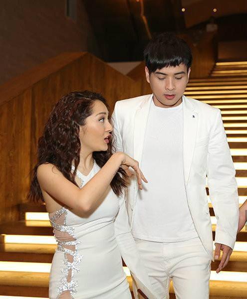 Dương Triệu Vũ khéo léo che chàng trai ngồi kế Bảo Anh nhưng fan vẫn khẳng định đích thị là Hồ Quang Hiếu - Ảnh 5.