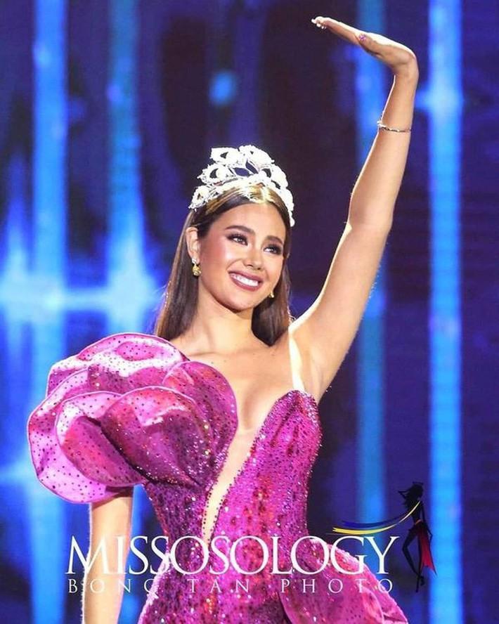 Hoa hậu Catriona Gray đội vương miệng fake trong đêm chung kết HH Hoàn vũ Philippines vì lý do dở khóc dở cười - Ảnh 4.