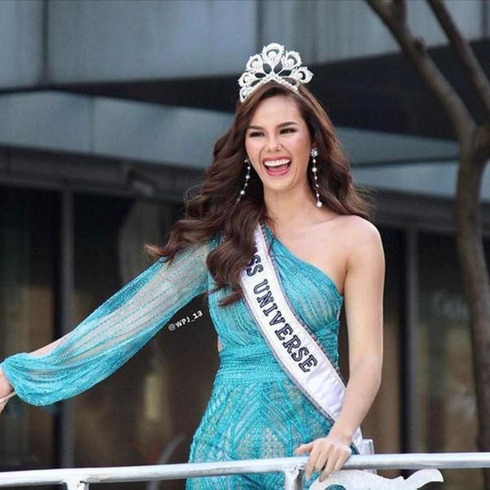 Hoa hậu Catriona Gray đội vương miệng fake trong đêm chung kết HH Hoàn vũ Philippines vì lý do dở khóc dở cười - Ảnh 5.