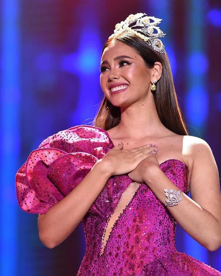 Hoa hậu Catriona Gray đội vương miệng fake trong đêm chung kết HH Hoàn vũ Philippines vì lý do dở khóc dở cười - Ảnh 7.