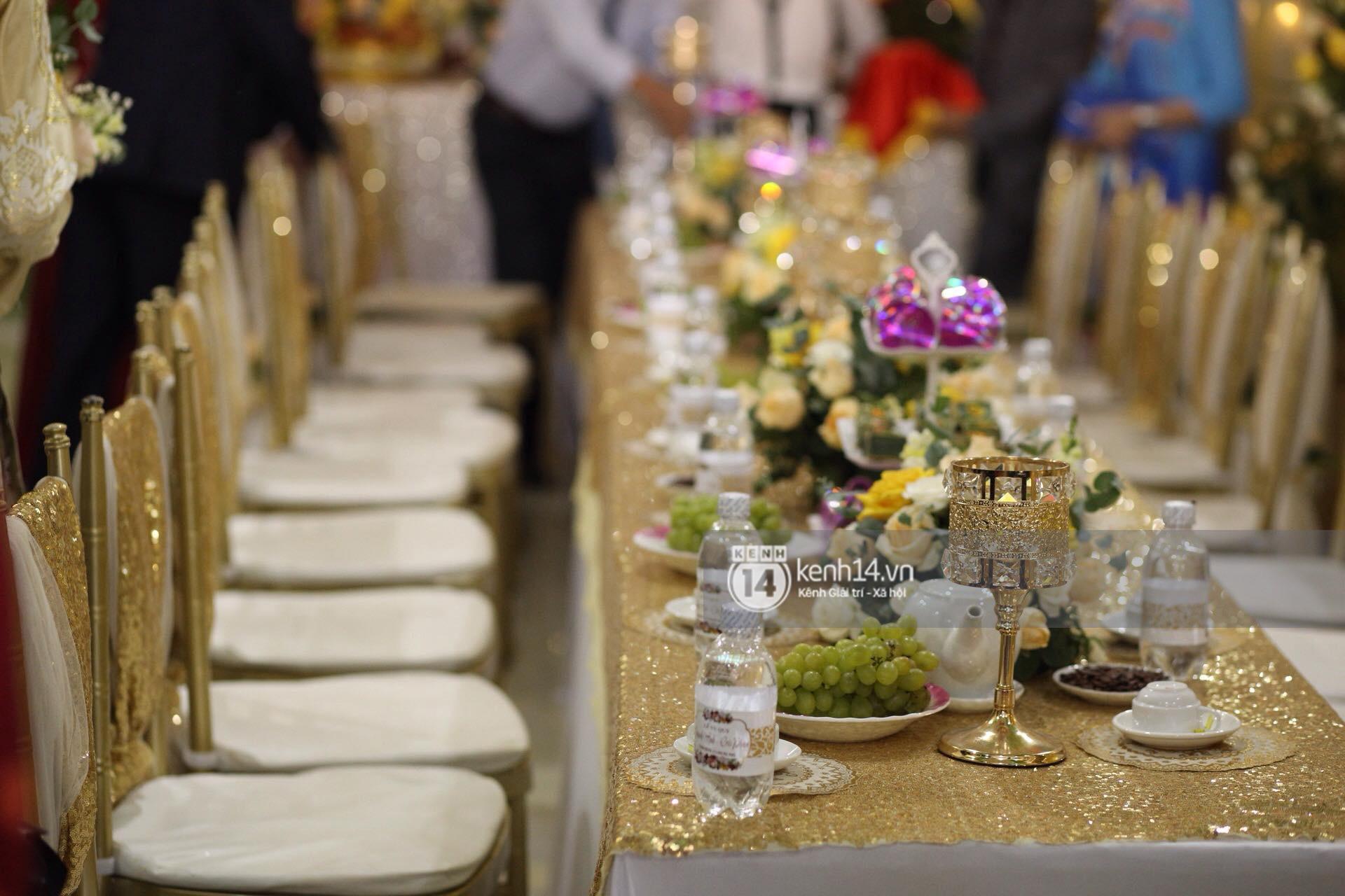 Cris Phan diện vest lịch lãm sánh đôi cùng Mai Quỳnh Anh khui sâm banh ở nhà hàng tiệc cưới - Ảnh 3.