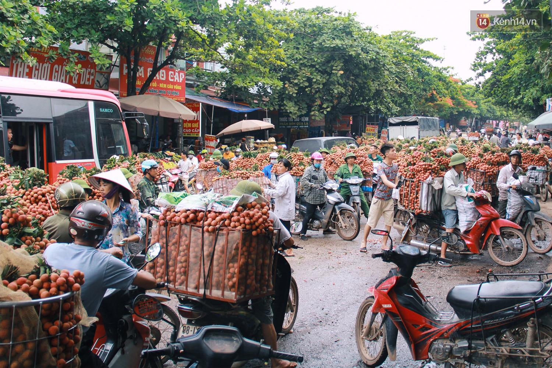 Chùm ảnh: Người dân Bắc Giang ùn ùn đi bán vải, đường phố ùn tắc hàng km - Ảnh 9.