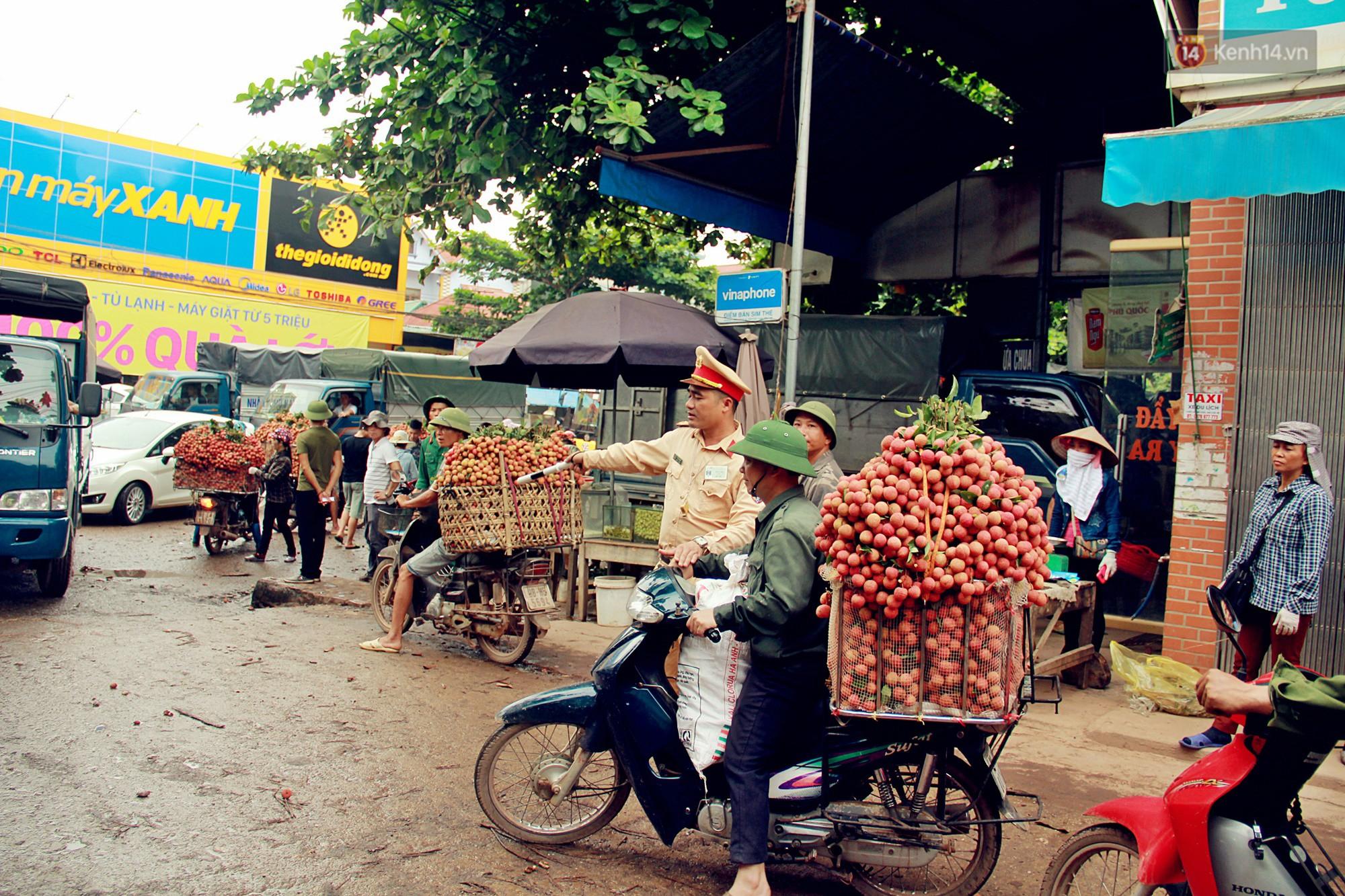 Sản lượng vải thiều Bắc Giang thấp do thời tiết, nhưng vẫn có mức giá cao gấp 10 lần năm ngoái - Ảnh 3.